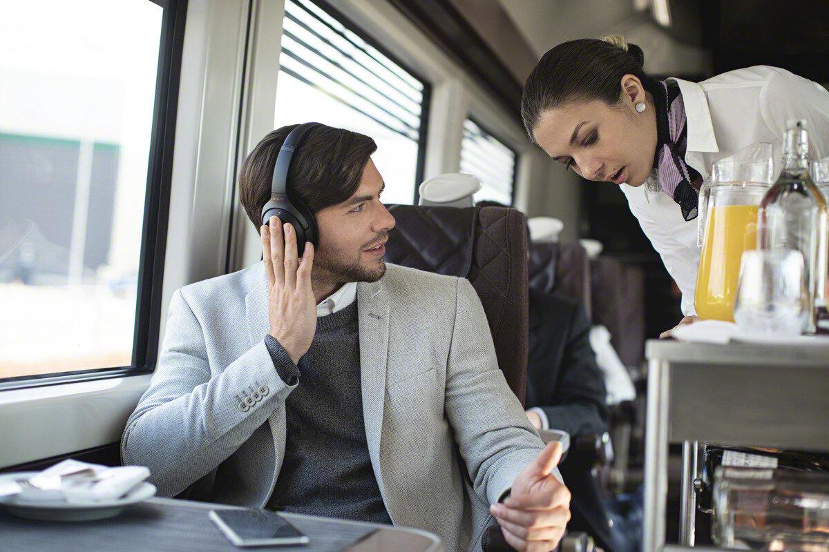 Chỉ cần chạm nhẹ là âm thanh sẽ giảm xuống để bạn nghe thông báo, giao tiếp với xung quanh