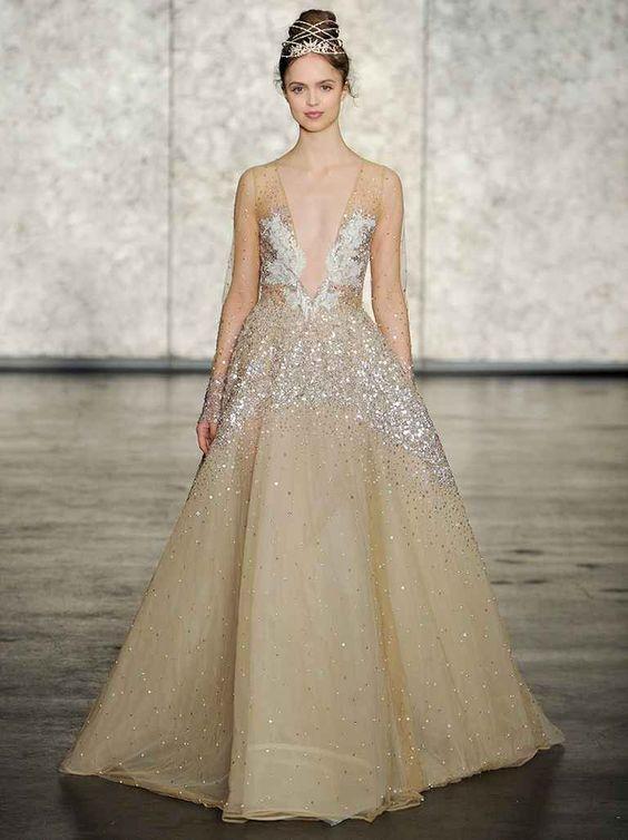Bạn có thích những chi tiết lấp lánh và xuyên thấu không? Bạn có thể khoác bộ váy cô dâu màu vàng đầy lóng lánh này lên người vào bữa tiệc đám cưới, đảm bảo bạn sẽ rực rỡ nhất đêm!