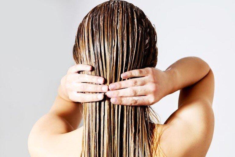 Thoa dầu xả từ giữa sợi tóc về phía đuôi tóc