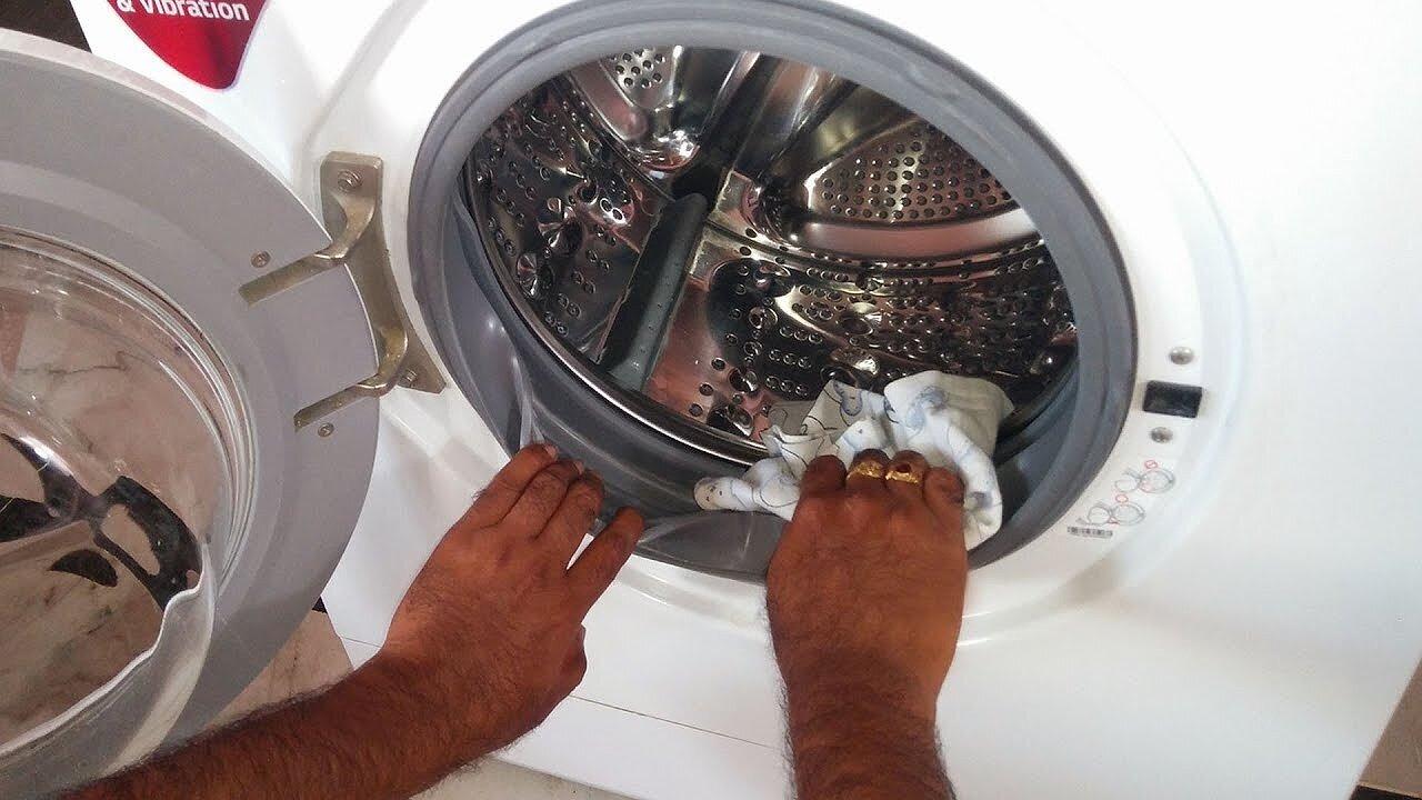 Thường xuyên vệ sinh máy giặt, nhất là phần lưới lọc, cửa xả để tránh trường hợp bị tắc ống thải do chúng quá bẩn.