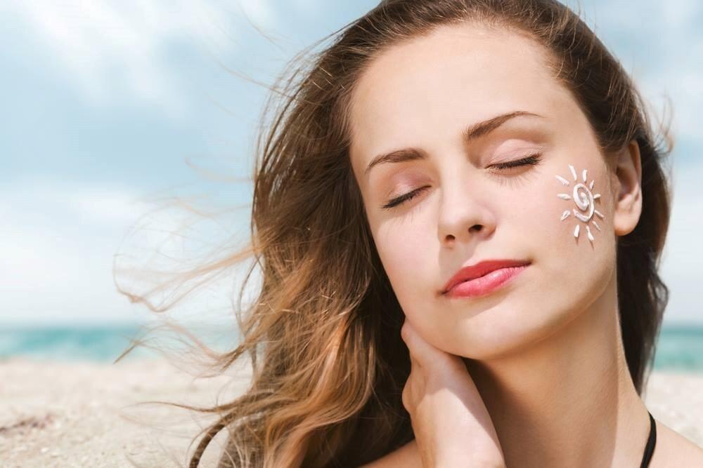 Kem chống nắng cần được thoa lại sau mỗi 2 giờ tiếp xúc với tia UV
