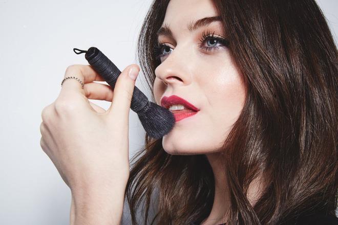 Phủ một lớp phấn mỏng lên môi trước khi đánh son sẽ giúp son bám lâu hơn