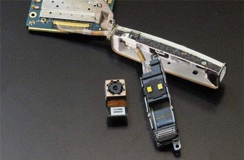 Cận cảnh thiết kế cụm camera xoay cùng 2 đèn LED flash. Có thể thấy khớp xoay sử dụng bản lề kim loại, dây cáp được bó chặt chẽ và gọn gàng, đảm bảo cho độ bền xoay của camera khi sử dụng thời gian dài.