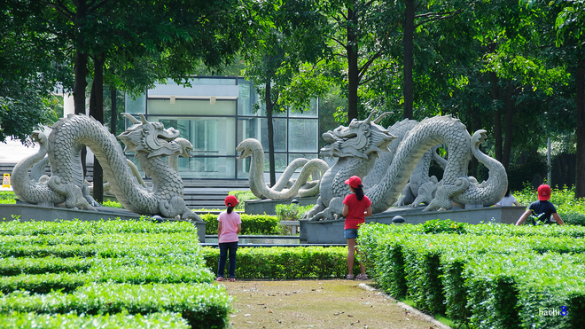 Những khu vườn được cắt tỉa trang trí bắt mắt cùng những bức tượng độc đáo.