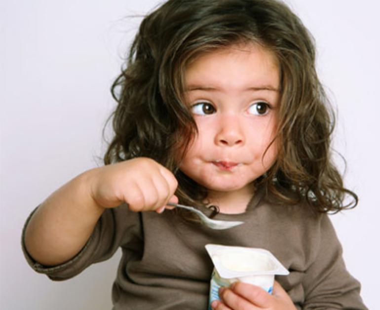 Nên ăn sữa chua sau bữa chính từ 1 - 2 giờ sẽ giúp vi khuẩn tốt sinh sôi phát triển thuận lợi hơn