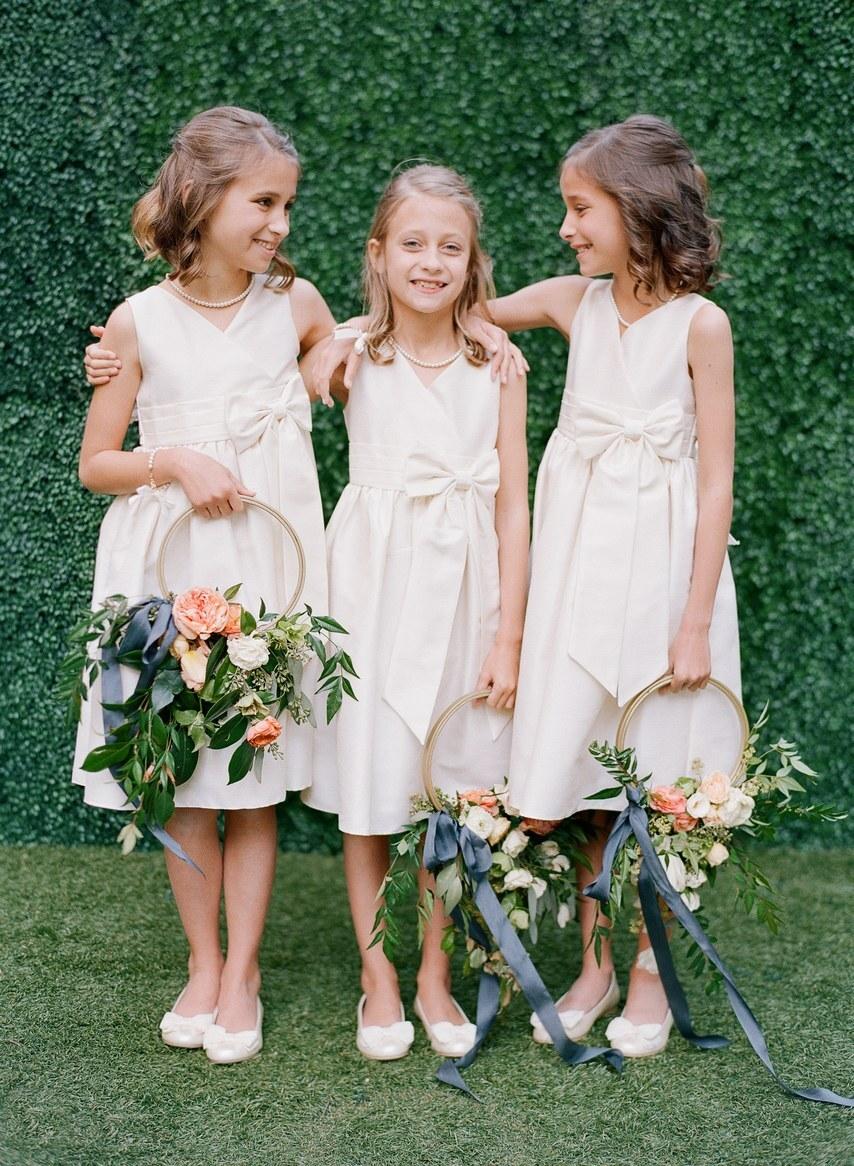 Vòng hoa nhỏ nhắn như chiếc lẵng hoa tươi vui và ngọt ngào, lãng mạn!