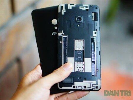 Máy dễ dàng thay đổi nắp lưng với nhiều màu sắc khác nhau. Zenphone 5 hỗ trợ 2 SIM chuẩn micro.