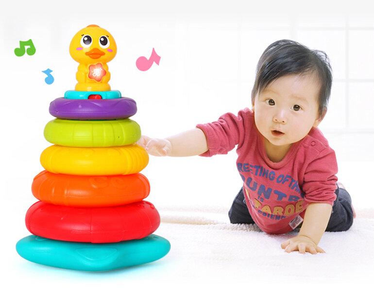 Các bé sơ sinh thường được thu hút bởi những món đồ chơi phát nhạc