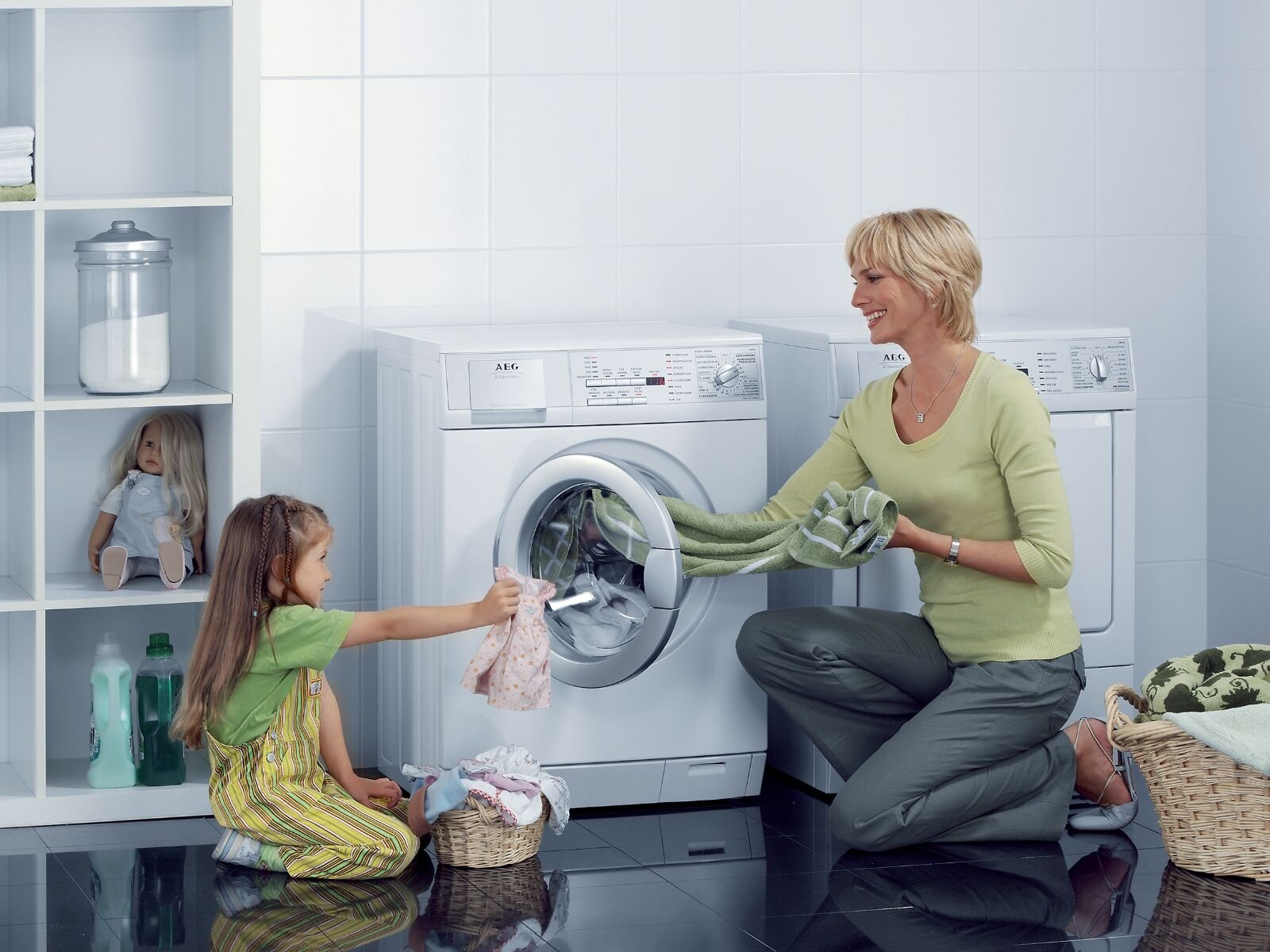 Khi đang trong chương trình giặt ngâm rất đơn giản, bạn chỉ cần chờ xong chương trình hoặc nhấn nút xả ngay trên máy để xả nước