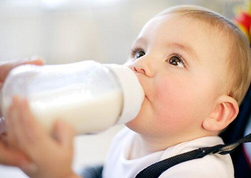 Cách chọn bình sữa phù hợp với độ tuổi của bé