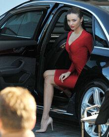 """Cách xuống ô tô mà không bị lộ """"nội thất"""" khi mặc váy"""