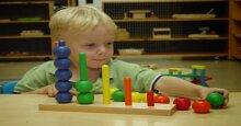 Chọn đồ chơi cho trẻ từ 0 – 3 tuổi phù hợp với phương pháp Montessori