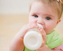 Chọn sữa bột nào cho bé không chịu bú sữa ngoài?