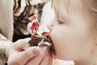 Có nên cho trẻ ăn socola hay không?