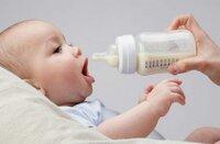 Có nên mua bình sữa thủy tinh cho bé hay không?