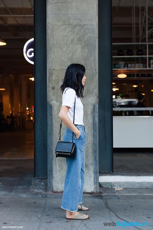 Chỉ đơn giản là quần jeans xé gấu và T-shirt trắng là bạn đã có một bộ cánh phong cách rồi!