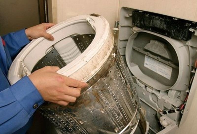 Vệ sinh máy giặt định kỳ để đảm bảo loại bỏ được tối đa bụi bẩn và vi khuẩn