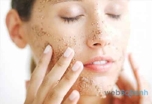 Nếu da bạn không được láng mịn thì việc bạn nên làm là tẩy da chết đều đặn