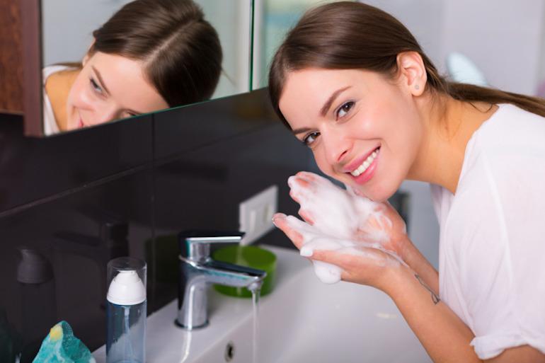 Bà bầu có nên sử dụng sữa rửa mặt không?