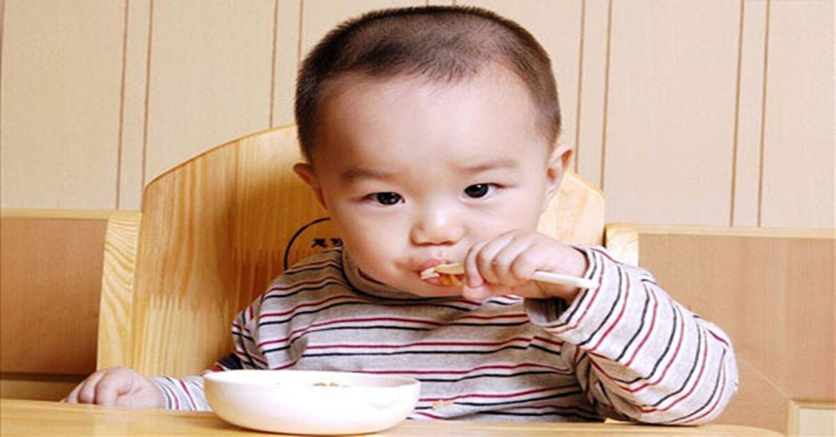 Dạy trẻ tự xúc ăn theo phương pháp Montessori