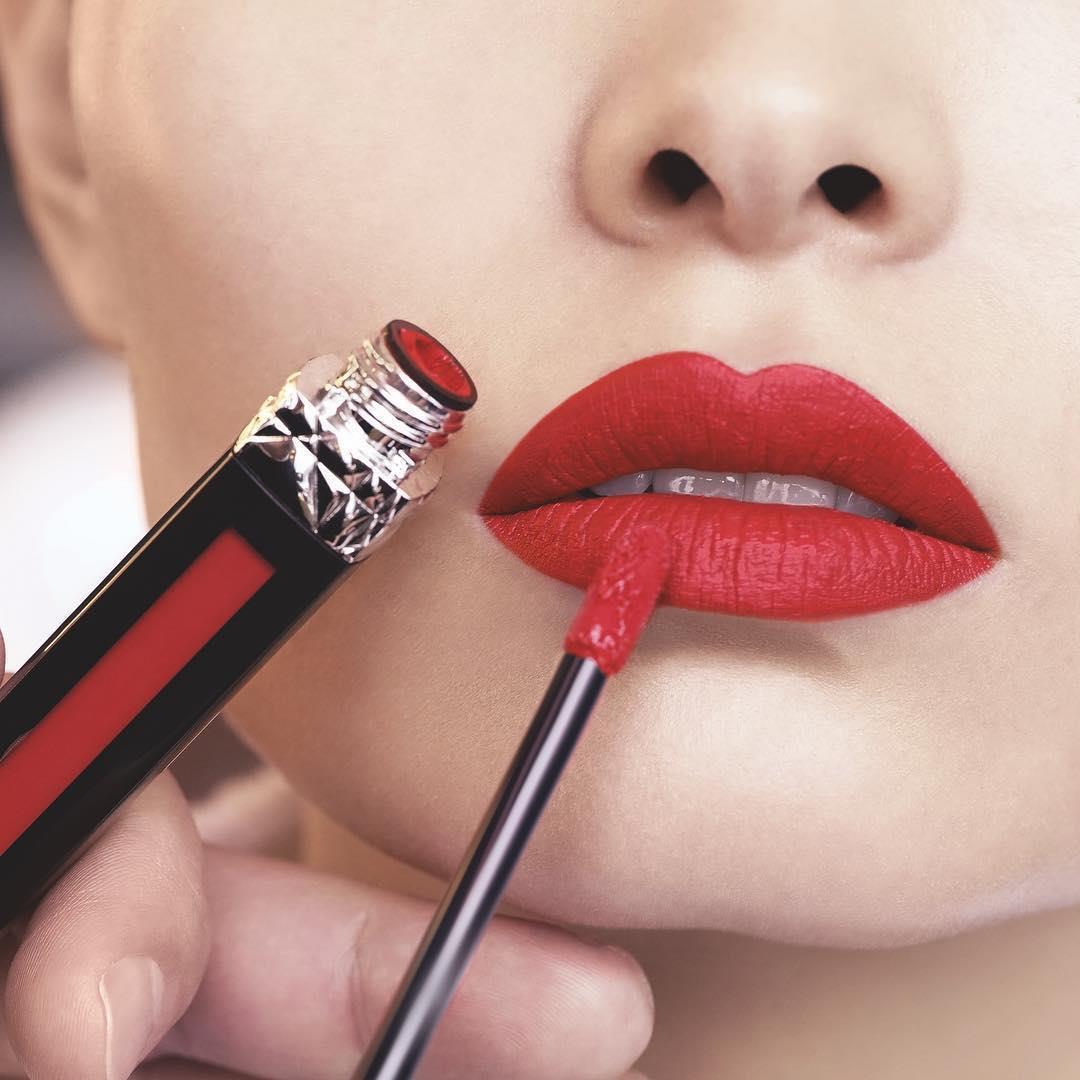 Son đỏ Dior Liquid Matte 999 lại mang màu đỏ trầm ấm, quyến rũ