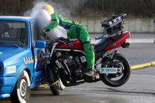 Đi xe máy hay ô tô nguy hiểm hơn?