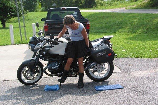 Độc chiêu dựng xe mô-tô phân khối lớn khi bị đổ