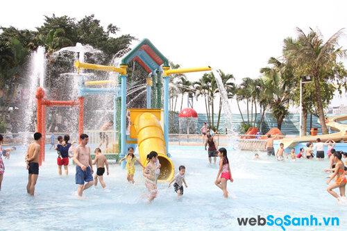 Đưa bé đi chơi công viên nước mùa hè bố mẹ cần chú ý điều gì?