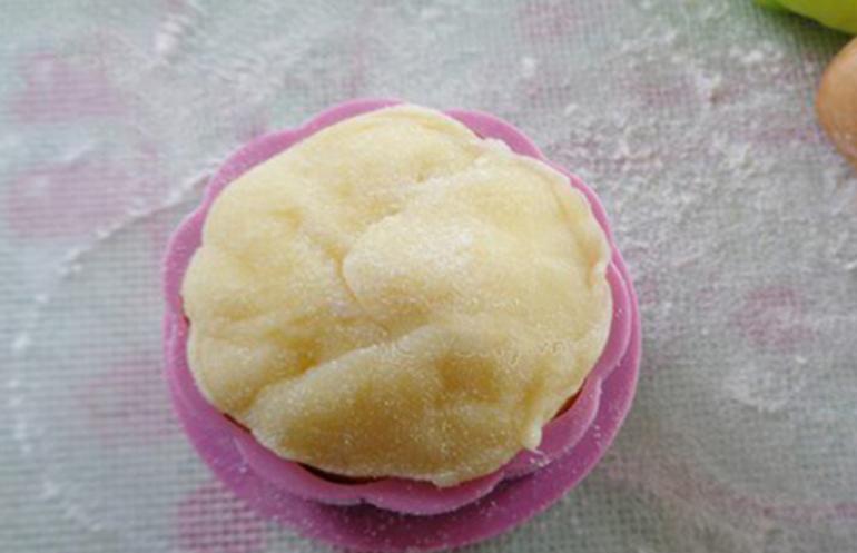 Khi bột chín, lấy ra chờ nguội, rồi nhồi lại cho bột dẻo mịn. Chia bột thành những phần nhỏ. Ấn viên bột hơi mỏng dẹt rồi cho nhân kem vào, nhanh tay túm mép vỏ bánh, cho vào khuôn, ấn đều rồi lấy bánh ra.