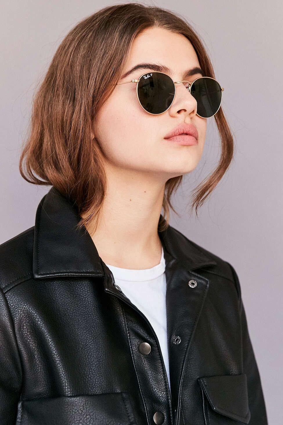 Phối hợp chiếc kính mát mỏng và chiếc áo vest da bóng khiến phái đẹp trở nên quyến rũ trong mắt người đối diện