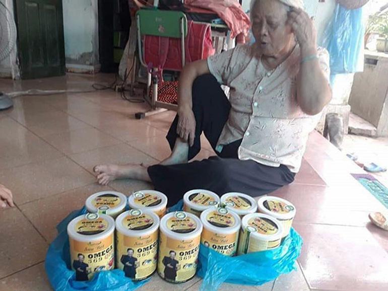 Cụ bà sẵn sàng bỏ mua 6 hộp sữa Omega 369 để được tặng 4 hộp.