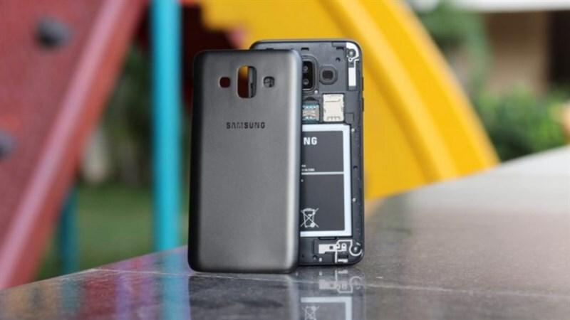 Nắp lưng của Samsung Galaxy J7 Duo khá dễ thay thế