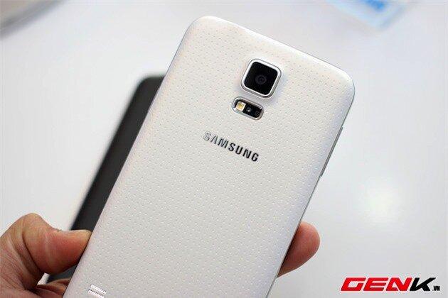 Cận cảnh Galaxy S5 trắng, so sánh với S5 đen và S4