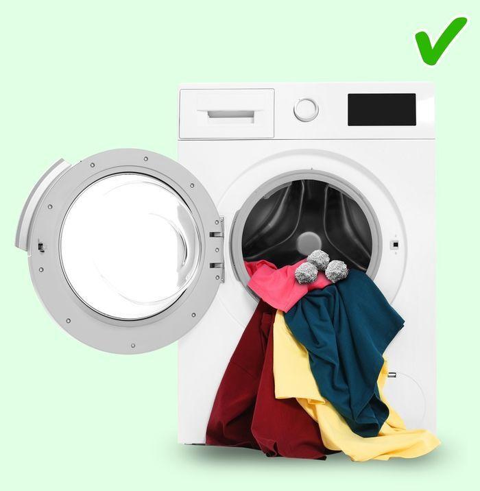 Đặt quả bóng giấy bạc vào máy giặt