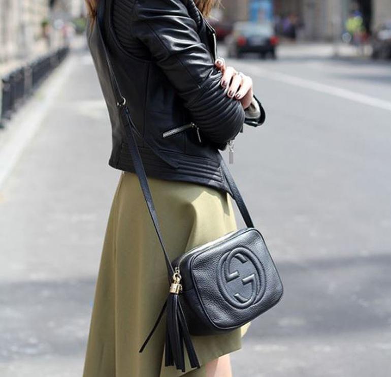 Cách chọn túi xách đeo chéo đi làm cho nàng chân ngắn