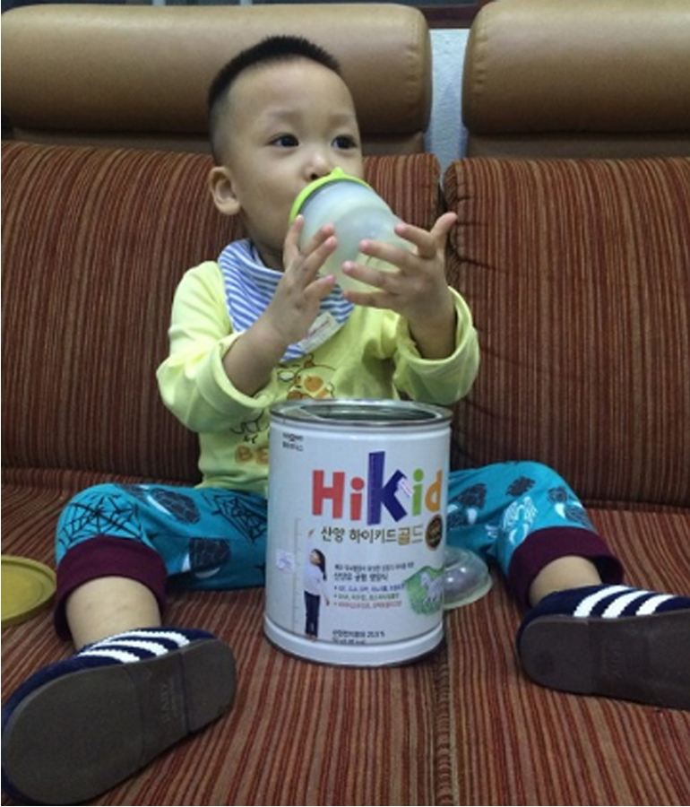 Trẻ uống sữa Hikid dê thích thú