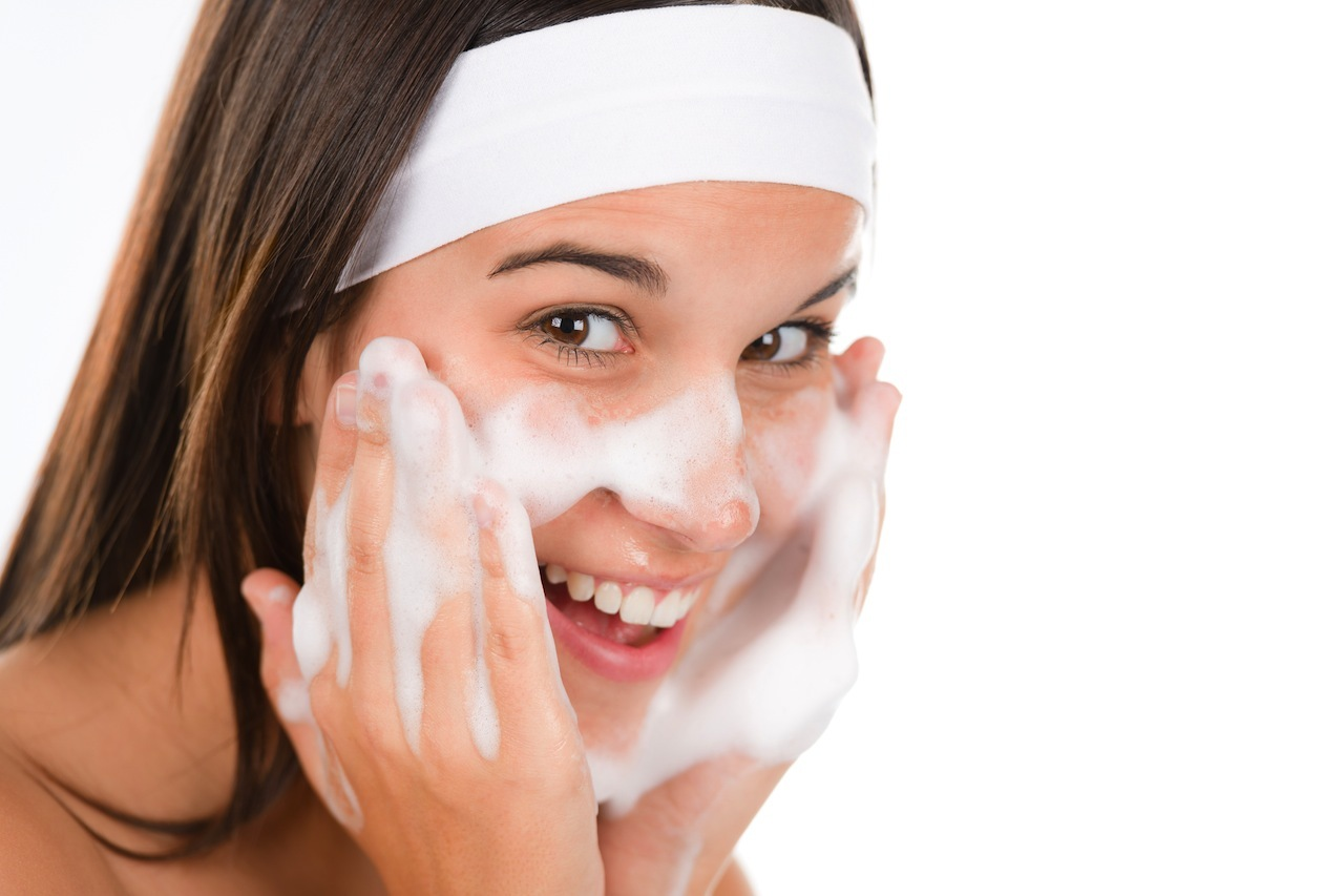 Bước làm sạch da là vô cùng quan trọng trong quy trình chăm sóc da, dù là khi bạn có mụn hay không