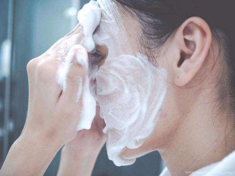 Đây là dạng sữa rửa mặt tạo bọt và khả năng làm sạch của em nó được đánh giá khá cao