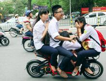 Học sinh bắt buộc phải đội mũ bảo hiểm khi đi xe điện