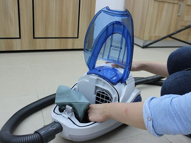 Hướng dẫn vệ sinh làm sạch túi chứa bụi của máy hút bụi Hitachi