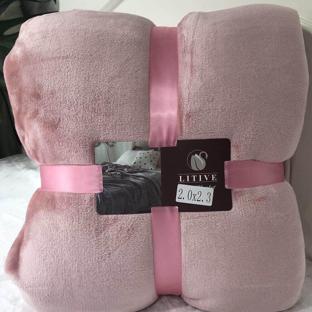 Nên cuộn tròn hoặc gấp chăn ngăn nắp hình vuông, sau đó cho vào túi zip khô ráo để bảo quản sẽ rất tốt