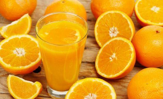 Nên cho trẻ uống nước cam vắt khi bị tay chân miệng