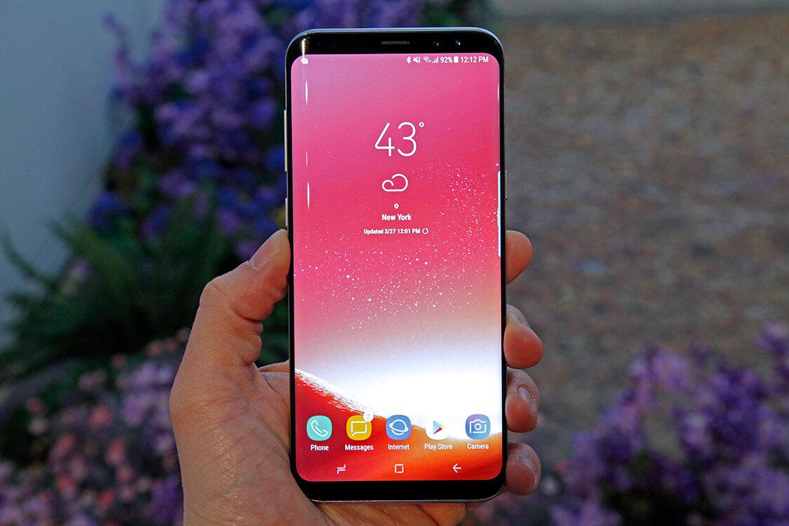Samsung Galaxy S8 sở hữu ngoại hình đẹp mắt cùng công nghệ hiện đại có thể dễ dàng chinh phục bất cứ tín đồ yêu thích công nghệ nào
