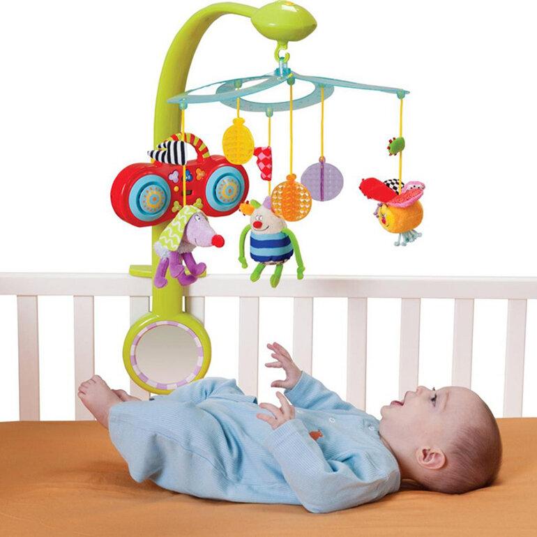 Với Các bé 2 tháng tuổi thích với những món đồ chơi được treo phía trên