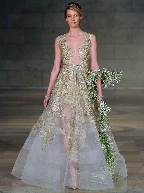 """Bạn sẽ là một cô dâu xinh đẹp, quyến rũ, quý phải với bộ váy xuyên tấu được """"dát vàng"""" như thế này. Bộ váy này hợp với cả bữa tiệc cưới tổ chức trong nhà và ngoài trời!"""