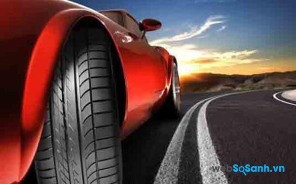 Nếu có vấn đề với lốp ô tô khi đang di chuyển trên đường thì cần dừng xe nhanh nhất có thể