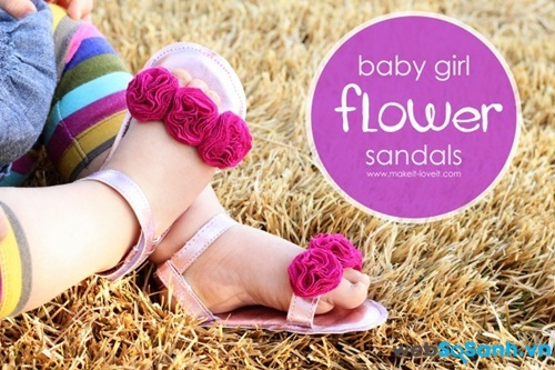 Những bông hoa đính trên dép bé khiến chúng thật nổi bật và đáng yêu