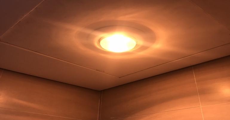 Ánh sáng của hai loại đèn sưởi nhà tắm 1 bóng.