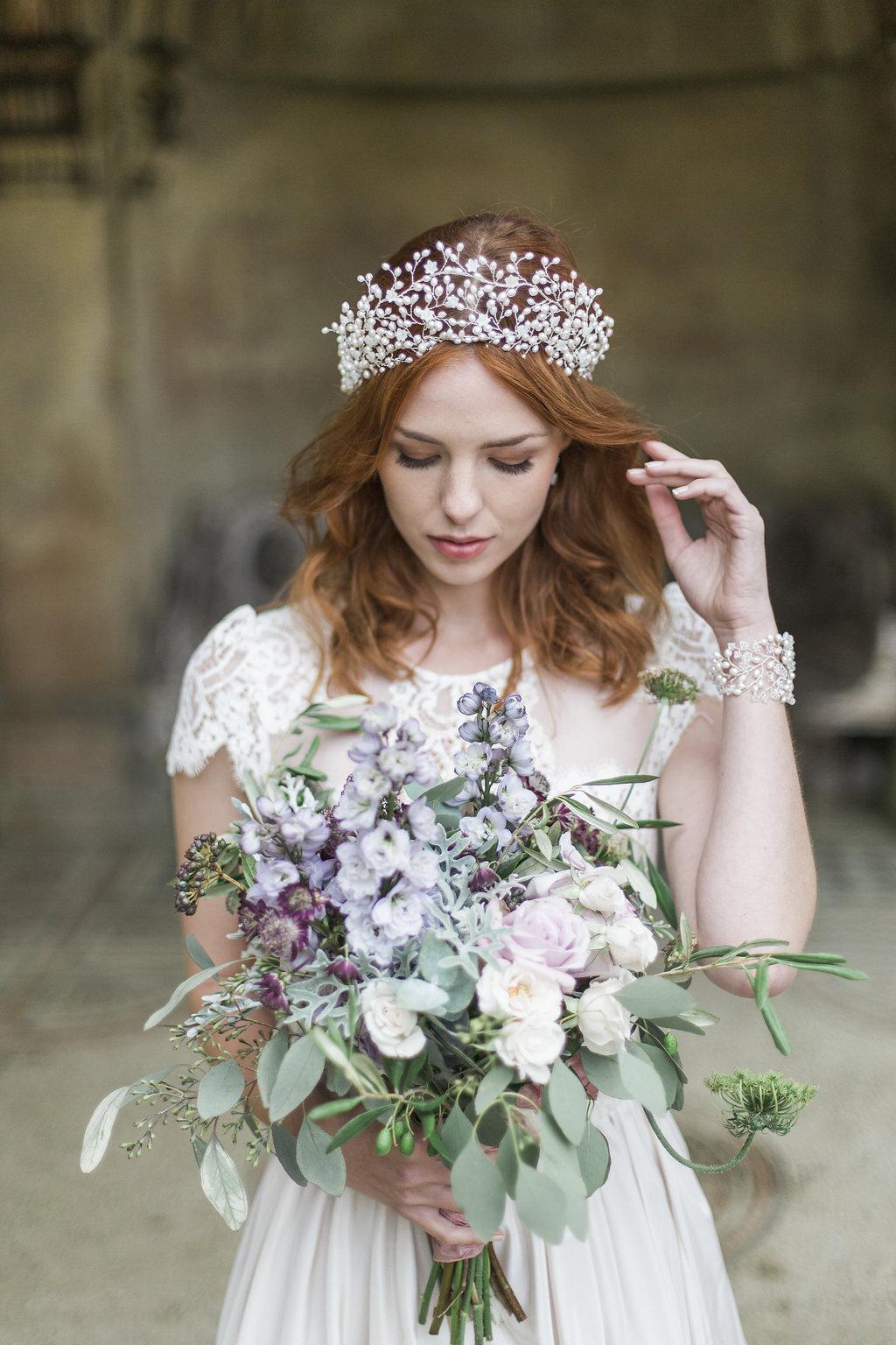 Hãy lựa chọn màu của phụ kiện tóc cưới hợp với màu áo cưới và màu trang sức cưới
