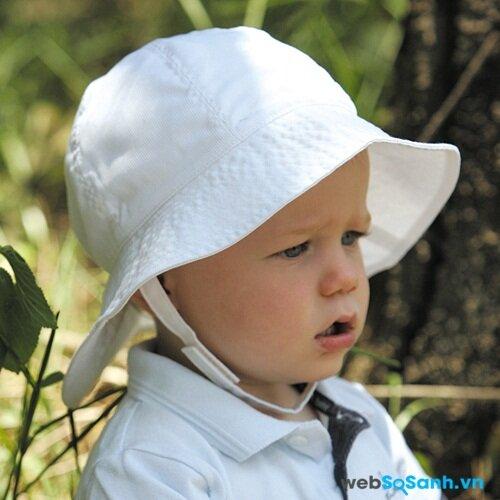 Làm sao để trẻ đội chịu mũ khi ra ngoài trời nắng ?